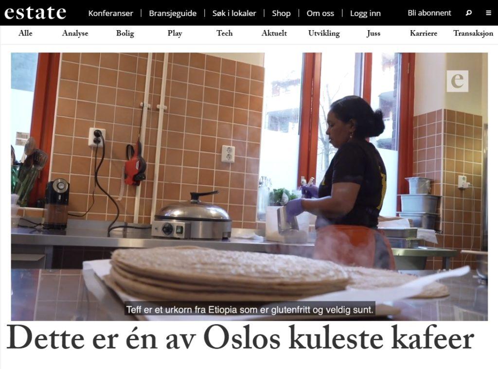 Eritreisk kvinne lager injera