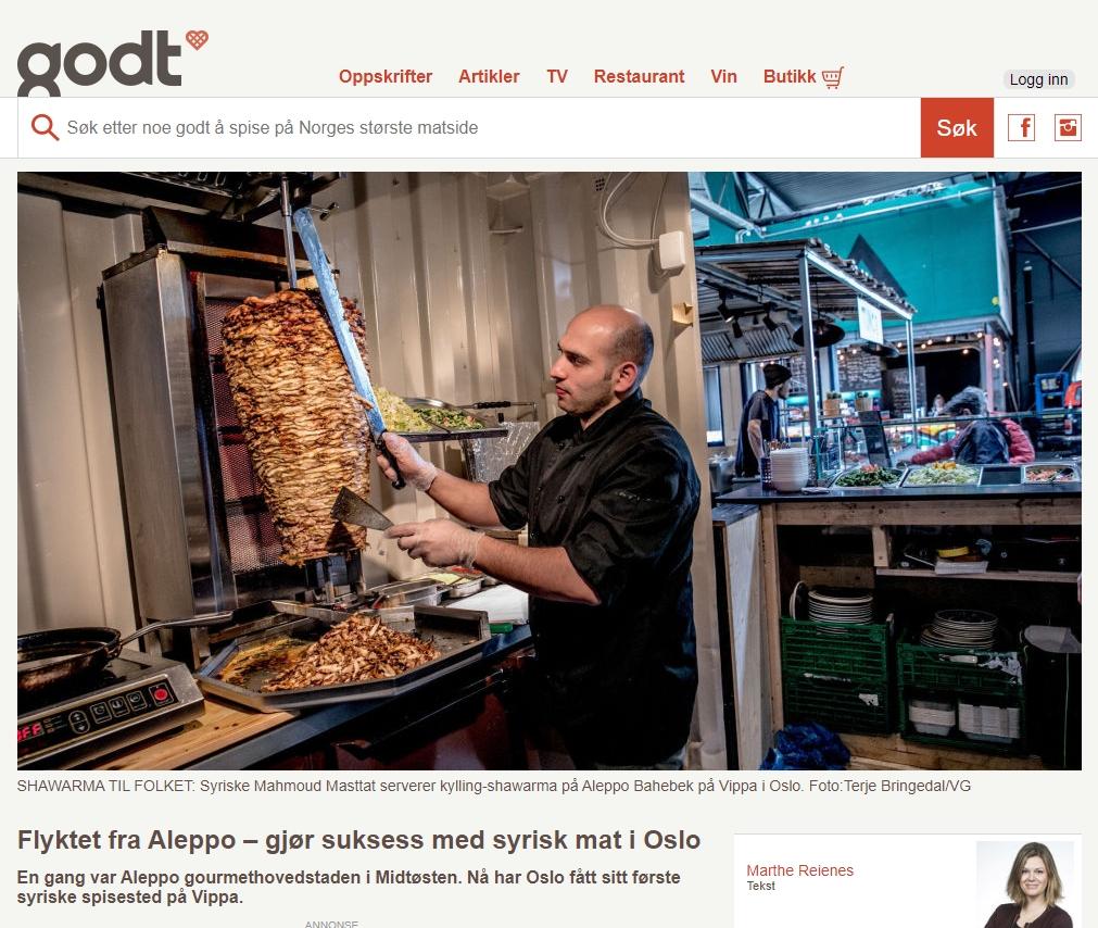 Kokk Mahmoud Masttat skjærer kylling fra shawarma-spyd.